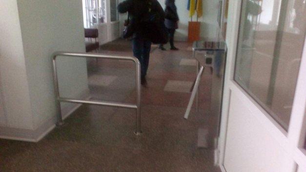 Вхід до Броварської міськради тепер через турнікети, фото-2