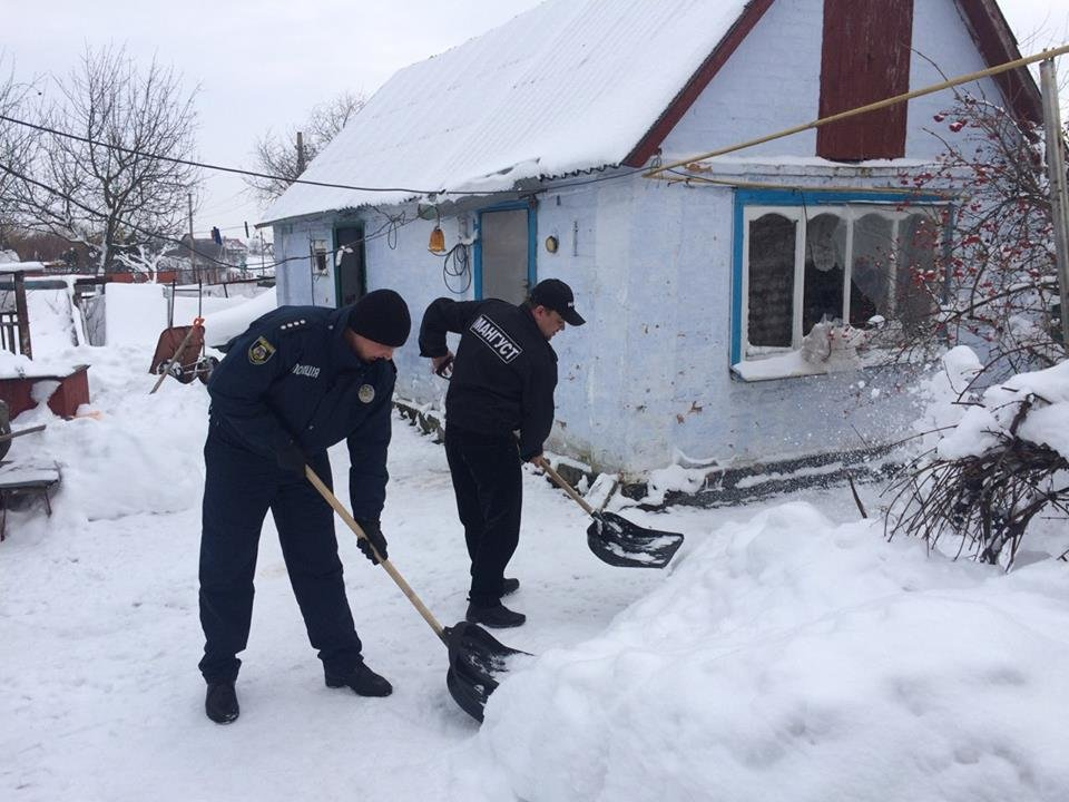 Броварські поліцейські допомагають мешканцям району впоратися з негодою , фото-1
