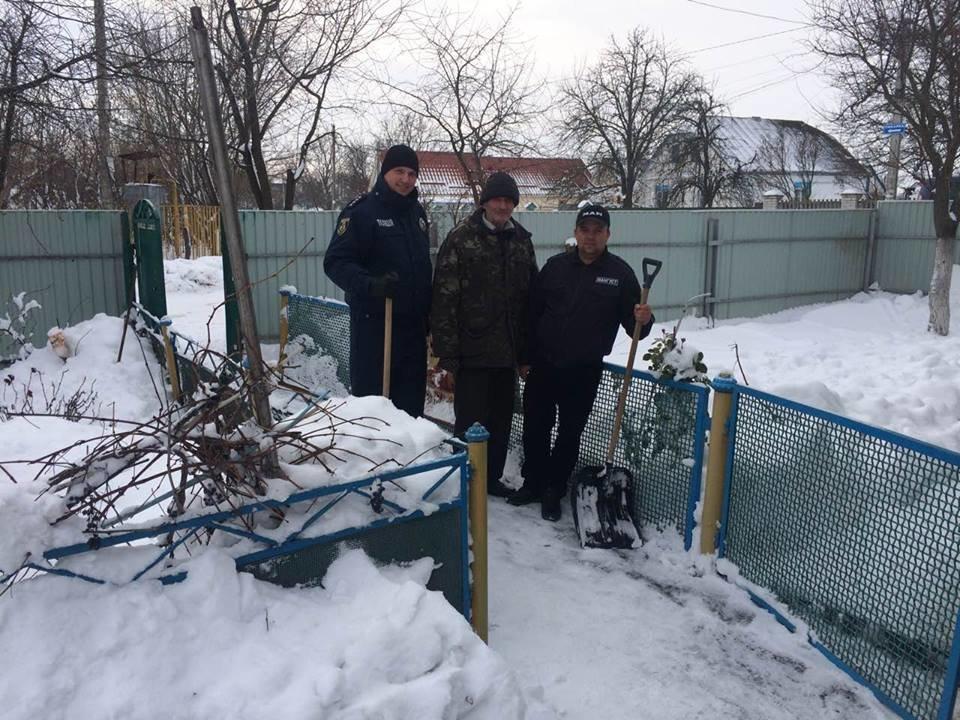 Броварські поліцейські допомагають мешканцям району впоратися з негодою , фото-3