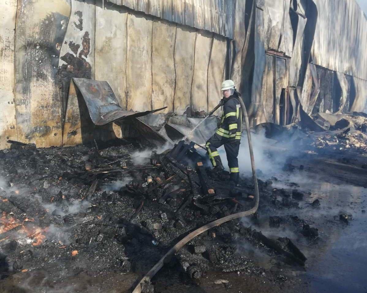 Палаючі склади в Броварах протягом двох годин гасили 48 пожежників (ВІДЕО), фото-1