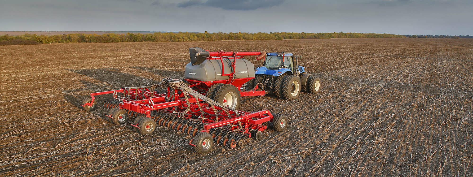 Трактор New Holland T8 410 потужністю 409к.с З сівалкою зерновою Horsch Pronto 12NT із продуктивністю - 200 га / добу. Найточніший контроль посіву, можливість посіву вдень і вночі, можливість посіву в бруд, в дощ.